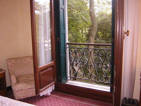 Hotel Des Bains, Venice Lido Resort: 寝室の窓からは緑の庭が