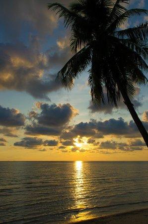 Santhiya Tree Koh Chang Resort: Sonnenuntergang vom Strand des Hotels aus