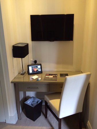 Hotel Xenia Autograph Collection: Desk and flat screen tv