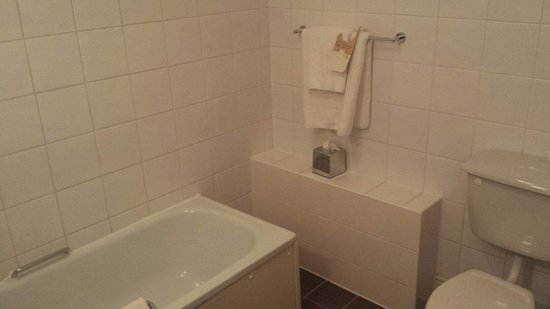 Mercure Southampton Centre Dolphin: Small but clean bathroom