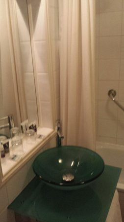 Mercure Southampton Centre Dolphin: Fairly modern bathroom but poor water pressure