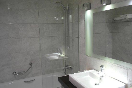 Silken Puerta Valencia: Bathroom