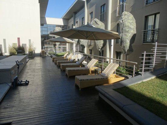 City Lodge Hotel OR Tambo Airport: Loungers Poolside