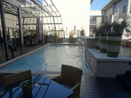 City Lodge Hotel OR Tambo Airport: The Pool