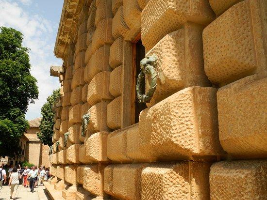 Alhambra: Wuchtiges Bauwerk, schön ist etwas anderes