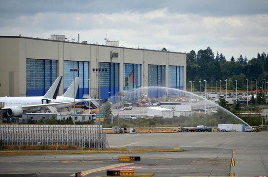 Future of Flight Aviation Center & Boeing Tour: Pompiers testant leurs lances