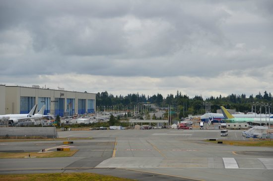 Future of Flight Aviation Center & Boeing Tour: Un boulevard passe entre deux bâtiments de l'usine
