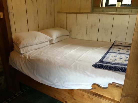 Limepark Arts Center & Cottages: Fab cosy bed!