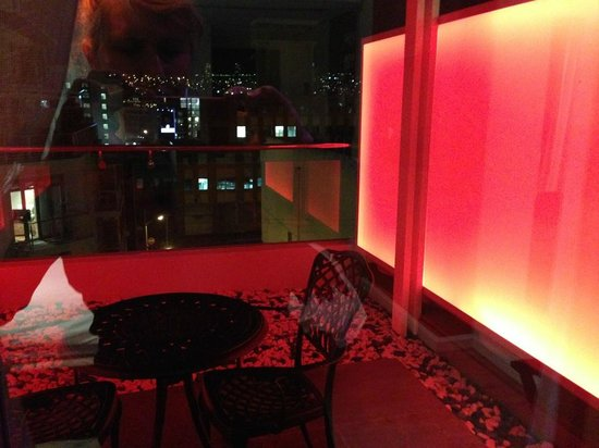 Protea Hotel Fire & Ice! by Marriott Cape Town: Balcony with 'mood lighting'