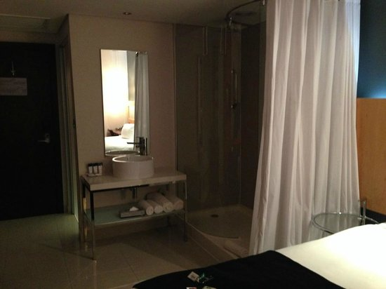 Protea Hotel Fire & Ice! by Marriott Cape Town: Shower and separate toilet