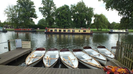 Stratford-upon-Avon Canal: punts on the river