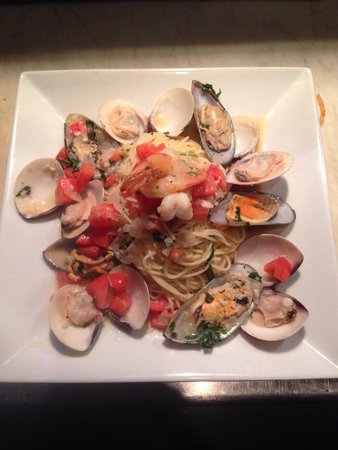 Torch Bistro: Fruitti de mare con pomadoro. Clams, muddled, shrimp with white wine sauce and pasta! Delicious.
