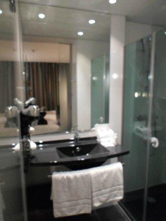 Hotel Escale Oceania: lavandino con doccia