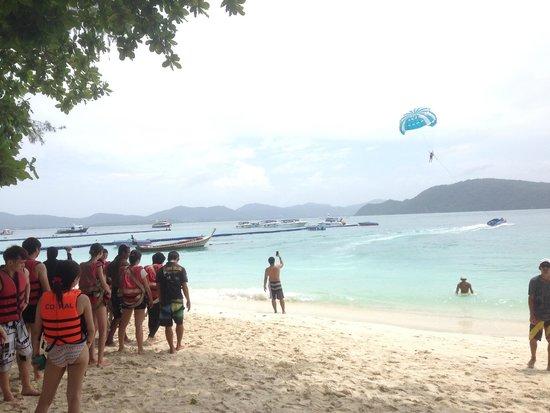 Coral Island Resort: ビーチでのパラセイリング