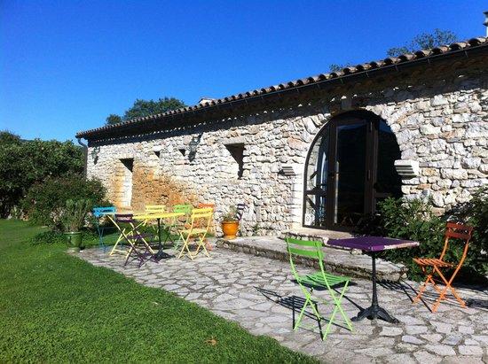 Domaine de Blancardy - Auberge : Espace petit déjeuner extérieur