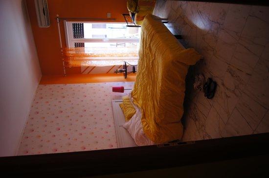 B&B Danilo Roma: My super cute orange room.