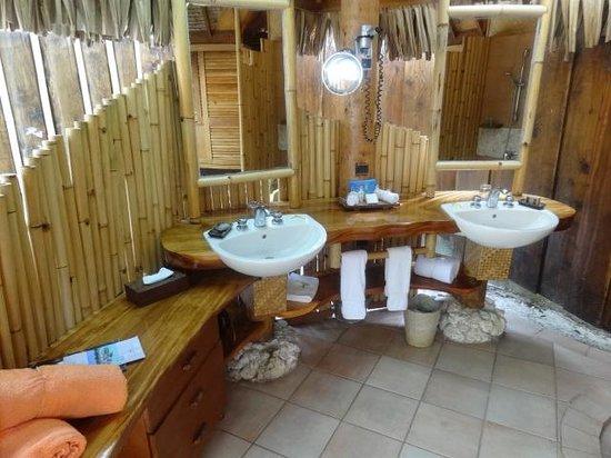 Bora Bora Pearl Beach Resort & Spa : Baño bajo techo pero exterior...