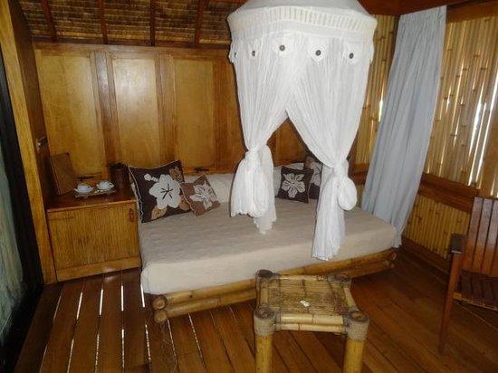 Bora Bora Pearl Beach Resort & Spa : Salón-comedor con vistas a la playa