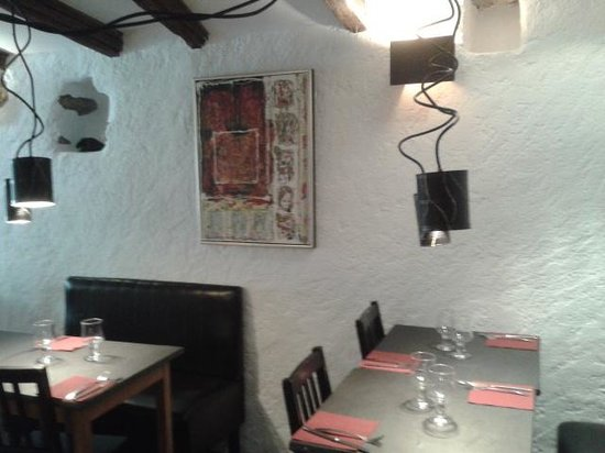 https://media-cdn.tripadvisor.com/media/photo-s/06/64/32/24/interieur-du-restaurant.jpg