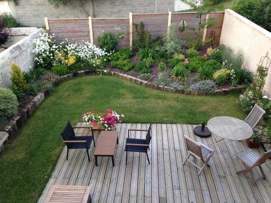 B&B les Oiseaux de Passage : Lovely garden and dining area