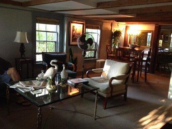Follansbee Inn: Common area , dining room or bar