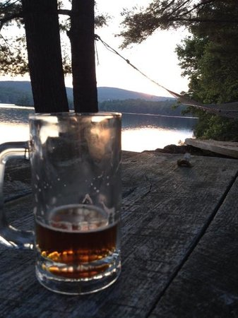 Follansbee Inn: Evening hour by the lake