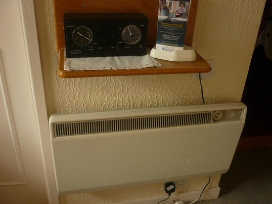 Bay Waverley Castle Hotel: electric heater and DAB radio/alarm clock.