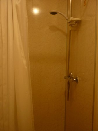 Bay Waverley Castle Hotel: shower cubicle