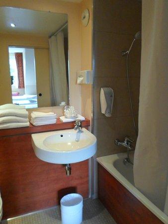 Royal Hotel Caen Centre : camera tripla