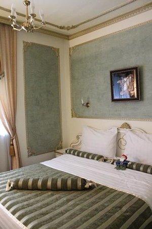 Queen's Astoria Design Hotel: Retro style interiors