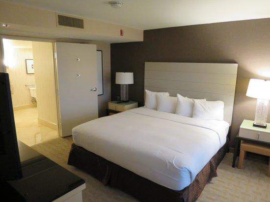 Hilton Los Angeles Airport : ベットルームとバスルーム
