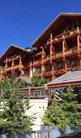 Hotel le Chamois d'Or : l'hotel en plein mois d'aout sous un beau soleil