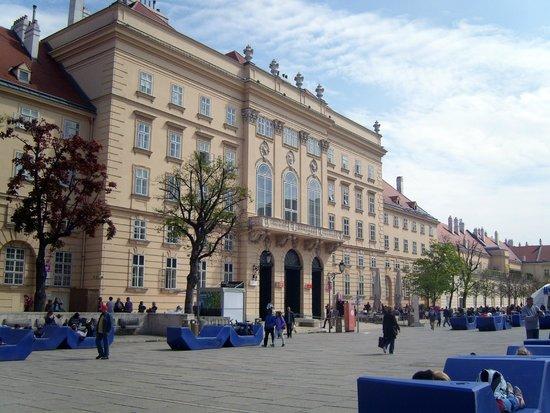 Hotel Admiral : Музейный квартал Вены - место расположения отеля Адмирал
