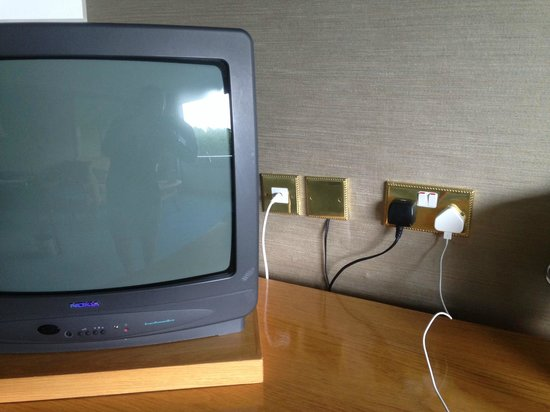 Aghadoe Heights Hotel & Spa: Ancient tv and more crooked sockets