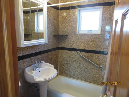 Golden Gate Motel : Small but clean and functional bathroom