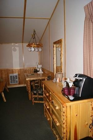 Canyon Lodge and Cabins: Desk and coffee maker