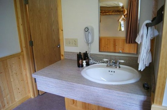 Canyon Lodge and Cabins: Sink outside of bathroom