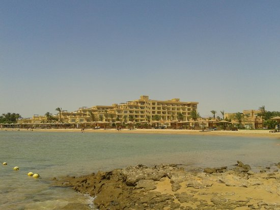 Imperial Shams Abu Soma Resort : hotel from the nearest beach