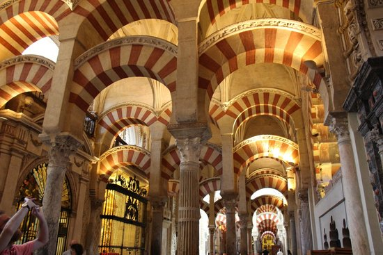 Cathédrale de Cordoue : the impressive red and white arches