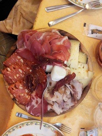Il Tettuccio : tagliere di affettati e formaggi ( parte dell'antipasto)