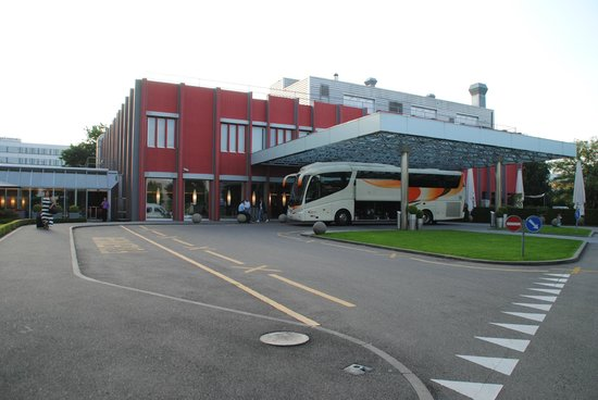Movenpick Hotel Zurich-Airport: Entrada hotel
