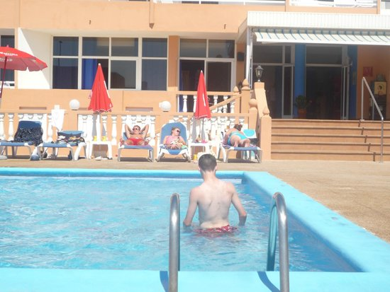 Hotel Estudios Tropicana: Pool view. Steps in background is entrance to apartments