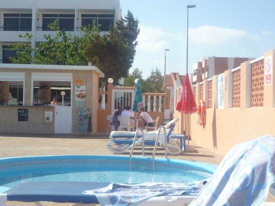 Hotel Estudios Tropicana: Small pool bar