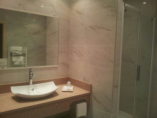 salle de bain avec grande douche et wc photo de hotel poretta lucciana tripadvisor. Black Bedroom Furniture Sets. Home Design Ideas
