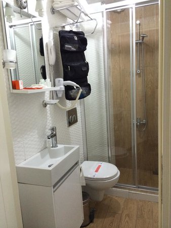 Hurriyet Hotel: Tiny bathroom for 3