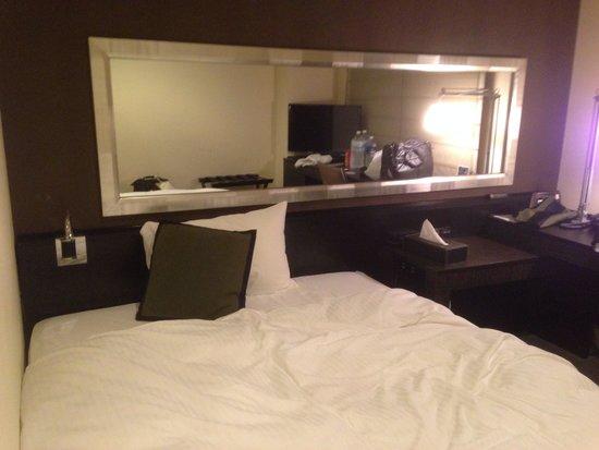 Hotel Vista Premio Dojima: ベッドルームには鏡