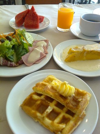 The Royal River Hotel : อาหารเช้า วาฟเฟิลและพุดดิ้งคัสตราด