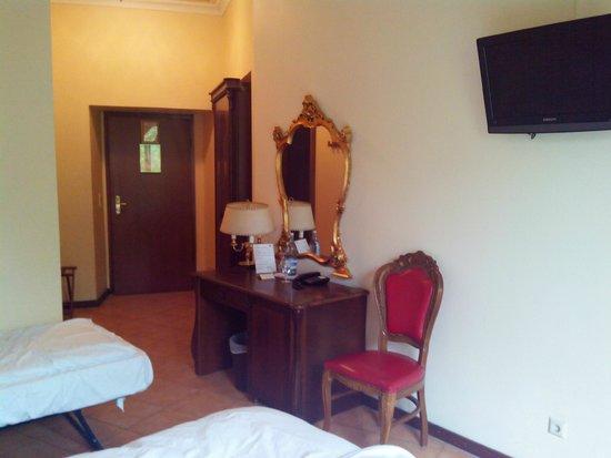 SensCity Hotel Albergo: Auch das Zimmer hat eine angenehme Größeund eigent sich sogar zur Aufbettung.
