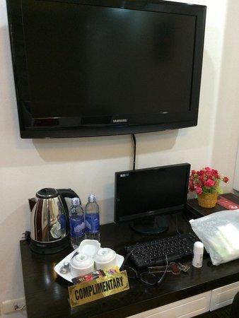 Hanoi Holiday Diamond Hotel : ホテルの部屋のテレビ。日本のテレビうつらない。