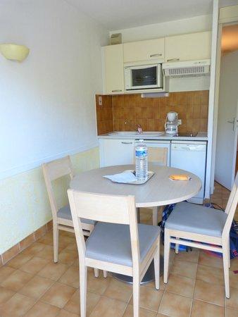 Les Agapanthes: kitchen